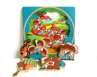 Vintage Wooden Peg Tray Puzzle - Dutch Simplex Toys - Sleeping Giant - Gullivers Travels - Made in Holland - Round Double Illustration