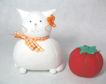 White cat pincushion, Felt animal pincushion, Cute kitty, Sewing accessories, Cute pincushion, Cat gift, Gift for sewer, Cat lover, MTO