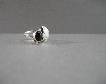 vintage sterling and onyx ring, size 7, sterling silver, leaf embellishment, black stone