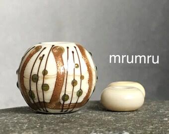 Magdalena Ruiz. MruMru Lampwork focal bead.