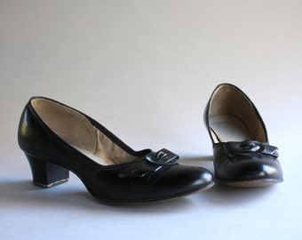 1950s Shoes / Vintage 50s Black Leather Demi Bow Heels / 1940s 1950s Red Cross Shoes