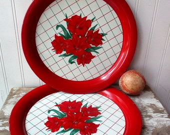 2 Vintage Round metal trays painted tin tray floral flower red and white Day Lilies Farmhouse chic Vintage Kitchen