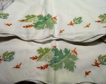 Pair Pillowcases / Hand Embroidered / Fall Design / Leaf Design / Vintage Linens / Retro Pillowcases / Excellent Condition