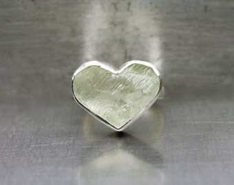Large Rough Pale Mint Green Hiddenite Heart Ring Silver Valentine'S Day Gift Idea Her Romantic Love Raw Gemstone Statement Band - Minzherz