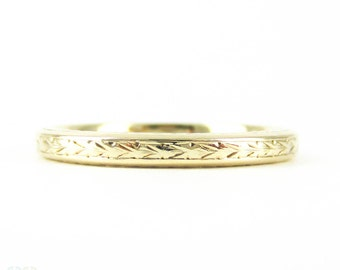Vintage Engraved Wedding Ring, 9 Carat Yellow Gold Foliate Leaf Engraved Wedding Band. Mid 20th Century 1940s, Size M / 6.25.