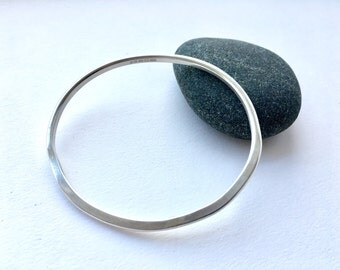 Medium silver hammered organic shape bangle - Inspired by Henry Moore - unisex silver bangle - men's small bangle - 20.4 cm circumference