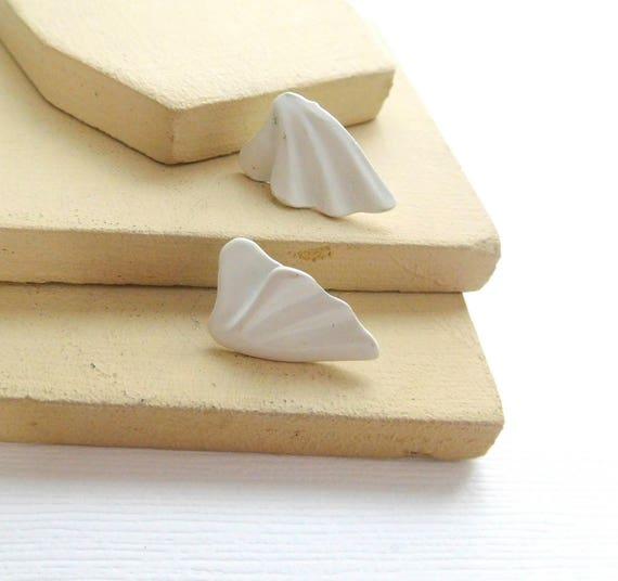 Retro Vintage Mod White Enamel Scalloped Triangle Wave Pierced Earrings N23