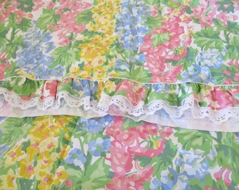Vintage Waverley twin size cotton bed cover, bright florals with eyelet trim, summer bed covering, excellent condition