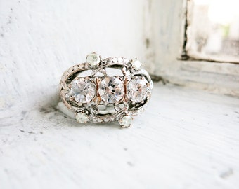 Big Vintage 3-Stone Trilogy Ring with Clear White Stones Cubic Zirconia in 8K White Gold (US Ring Size 6)