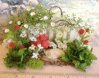 Dollhouse Miniature Flower Garden Fence in red and white 1:12 scale
