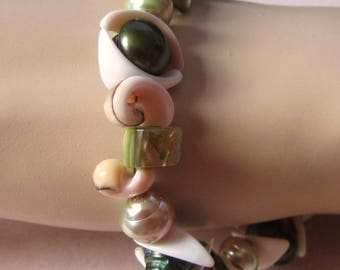 Bracelet 10 1/2'' /w green Freshwater Pearls & Sea Shell Pieces, silver-colored magnetic Clasp