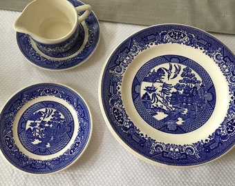 Vintage set of 7 pieces Blue Willow ware Royal China 4 dinner plates, 2 dessert plates, creamer