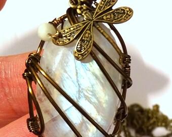 Collier Pierre de Lune Blanche Labradorite aux reflets irisés avec libellule et fil de couleur bronze en forme d'oval