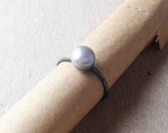P07-Fine ring oxidized sterling silver and gray pearl.