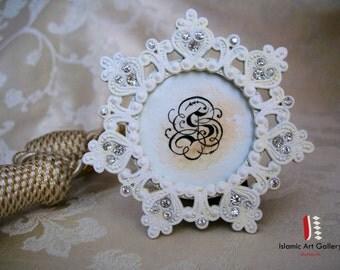Gepersonaliseerde hand geletterden voornaam of eerste / Wedding gift /Appreciation gift - prachtige mini witte lace filigraan frame
