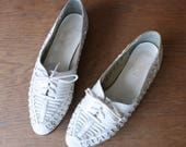 vintage white woven flats 10 / white leather huarache oxfords / lace up hurache shoes