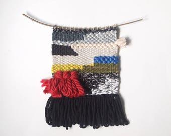 petit tissage noir, crème, beige, gris et couleurs vives : rouge, jaune, vert et bleu