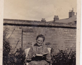 Antique c1930s Snapshot Photo - Lady Reading Book In Garden