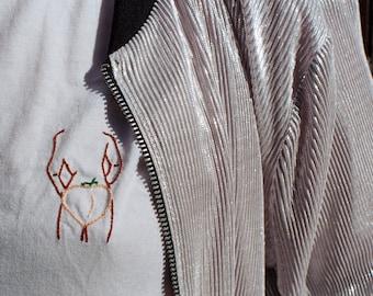 Butt ladies, peach emoji embroidered tshirt / Tshirt brodé emoji pêche, butt ladies