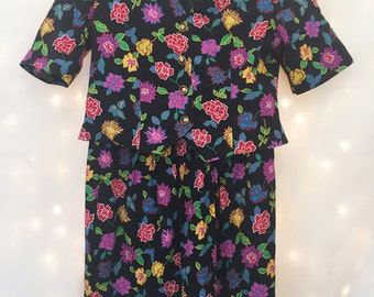 Size Large Vintage Floral Two Piece Short Sleeve Colorful Floral Dress Suit with Pencil Skirt and Gold Button Detailing - Size 10/12 - Large
