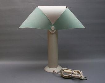 Rare lampe design ANDRE COURREGES vintage, Lampe à poser en métal blanche et bleu pastel, Abat-jour modulable, 1982, Années 80