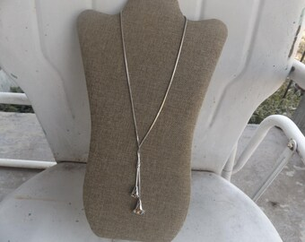 Vintage Avon 1978 Silver one Calla Lily Lariat necklace