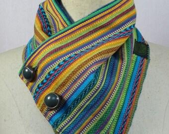 col écharpe à rayures multicolores