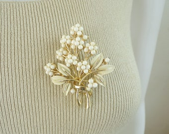 70s bouquet flower brooch, 1970s floral pin, gold metal white nemal & acrylic beads, vintage pin, vintage brooch, costume jewelry, jewellery