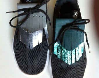 Pair of tabs fringes in leather reversible fashion to lace shoes