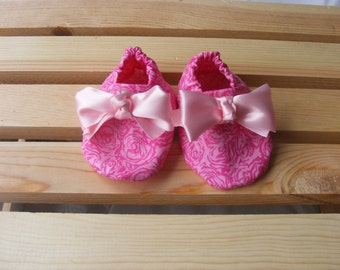 Pink baby girl shoes, pink roses girl shoes, baby crib shoes, baby girl crib booties, pink baby girl booties