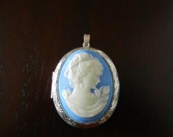Silver cameo pendant