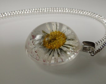 Petite pendants with dried daisies