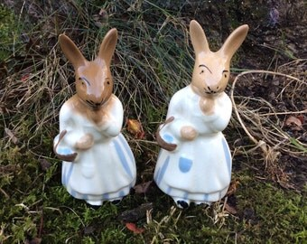 Pair of cute vintage ceramic bunny rabbits, 1990s kitsch, rabbits shopping, china bunnies, bunny, collectible figurines, Easter rabbits