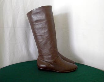 Sz 7m Vintage tall brown leather 1980s Women flat pirate slouch boots.