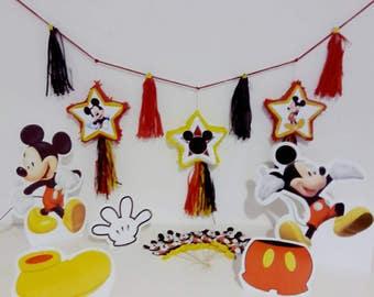 Set / 1 banner con 3 mini pignatte Mickey + 6 figure allestimento tavolo + 10 figurine decorazione