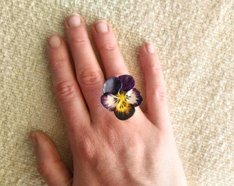 Ring with violet pansy