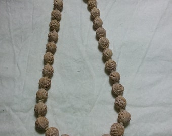 "Cute flower beaded necklace 16"" long."
