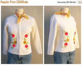 40% SALE 50s 60s cardigan / embroidered flowers floral ivory cardigan / acrylic medium weight, pearly buttons / girls womens xs-small