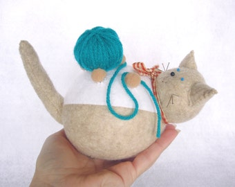 Felt cat pincushion, Cream and white cat, Cute felt animal, Playful cat with yarn ball, Gift for cat lover, Gift for sewer, MTO