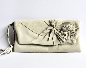 Lederclutch in hellgrauem Veloursleder mit Blumenapplikationen