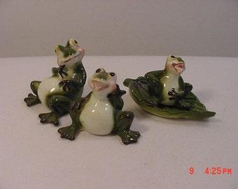 3 Vintage Ceramic Frogs And A Leaf   17 - 290