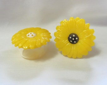 Small Vintage Plastic Jaydon Salt & Pepper Shaker Set Yellow Daisies