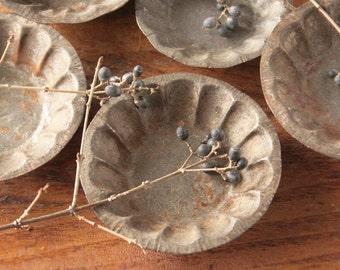 Vintage mini tart tins, round tartlet tins, rusty tin, primitive decor