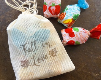 Wedding favor bags, set of 50 drawstring cotton bags. Fall in Love text and leaf details in brown. Autumn wedding, woodland wedding favor.