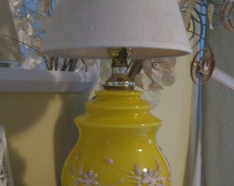 VTG 50'S ? Yellow Glass White Raised Piped Flowers Daisy Table Lamp BOUDOIR