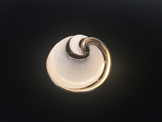 Vintage Crown Trifari Modernist White Enamel Round Gold Tone Brooch