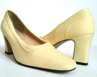 Butter Yellow 1960s Shoes, Light Yellow Cloth High Heels, Block Heel, Yellow Shoes, Size 9 Yellow Heels, Yellow Pumps, Size 9 Vintage Shoe
