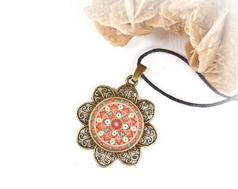 Gift idea for a birthday or expectant mothers: necklace orange mandala for get inner calm and energy.