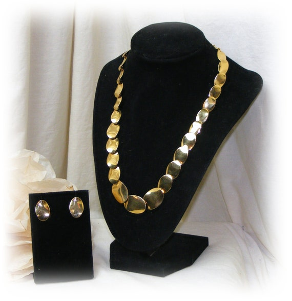 BREATH-TAKING SET . . Flat Gold Tone Disc Necklace & Earrings (never worn)