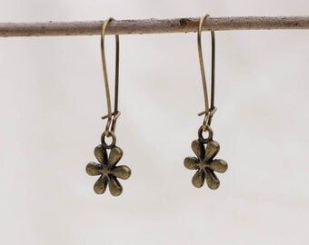 Earrings with small flower in bronze